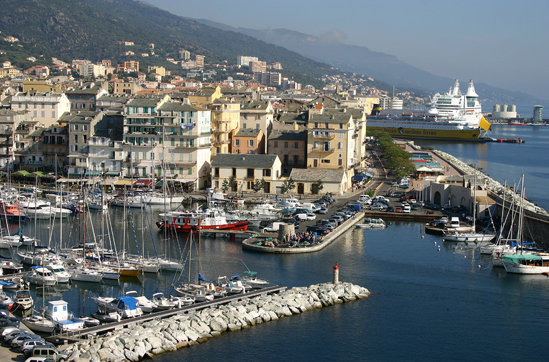 Un bateau coule dans le vieux port de bastia alta frequenza - Bateau bastia nice ...